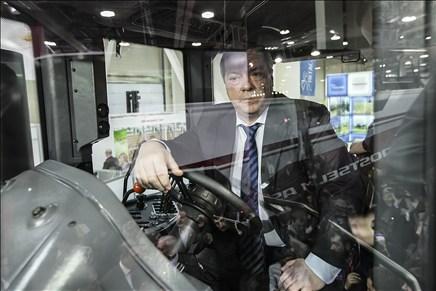 Василий Голубев сел заруль канадского трактора ростовского производства