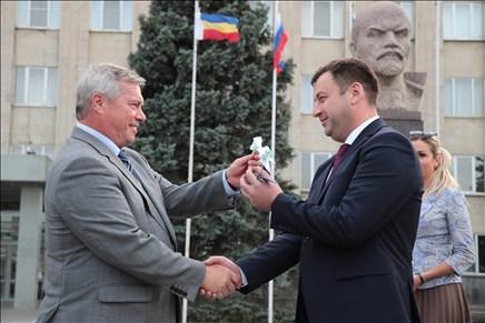Голубев передал новую коммунальную технику Таганрогу и Новочеркасску
