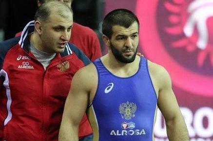Житель россии Курбаналиев завоевал золото наЧМ поборьбе внеолимпийских весовых категориях